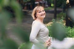A mulher bonita está no parque Fotografia de Stock