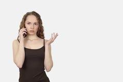 A mulher bonita fala no telefone celular Fotos de Stock Royalty Free