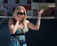A mulher bonita fala o telefone de pilha. imagens de stock