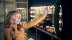A mulher bonita faz o selfie compõe dentro a sala vídeos de arquivo