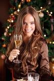 A mulher bonita faz um brinde com champanhe Imagem de Stock