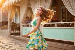 Mulher bonita feliz com cabelo longo lisonjeiramente no st do verão Fotografia de Stock Royalty Free