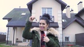 Mulher bonita feliz com chaves na frente de sua casa nova filme