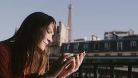 Mulher bonita feliz do turista que usa o app social da rede do smartphone no balcão do café da manhã com opinião ensolarada da to vídeos de arquivo