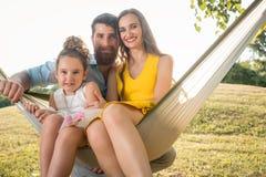 Mulher bonita feliz e marido considerável que levantam junto com a filha Imagem de Stock