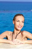Mulher bonita feliz na borda da piscina foto de stock