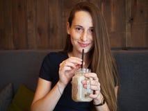 Mulher bonita feliz nova do ruivo do retrato com sardas que bebe o café no café na ruptura de café fotografia de stock