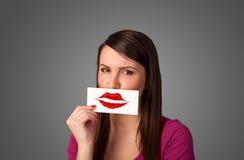 Mulher bonita feliz que guarda o cartão com marca do batom do beijo Imagem de Stock Royalty Free