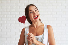 Mulher bonita feliz que guarda o coração de papel vermelho Fotos de Stock