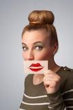 Mulher bonita feliz que guardara o cartão com marca do batom do beijo Fotos de Stock