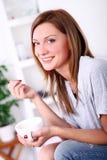 Mulher bonita feliz que relaxa e que sorri Fotografia de Stock