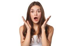 Mulher bonita feliz surpreendida que olha lateralmente no excitamento, isolado no fundo branco fotos de stock royalty free