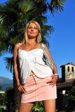 Mulher bonita fora no vilage italiano Fotos de Stock
