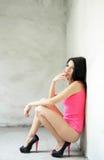 A mulher bonita fuma um cigarro Fotografia de Stock Royalty Free