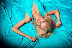 A mulher bonita gosta de uma princesa no palácio Fá rico luxuoso Fotografia de Stock Royalty Free