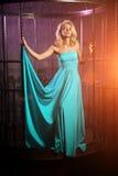 A mulher bonita gosta de uma princesa no palácio Fá rico luxuoso Imagem de Stock Royalty Free