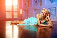 A mulher bonita gosta de uma princesa no palácio Fá rico luxuoso Imagem de Stock