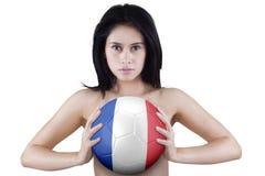 A mulher bonita guarda a bola com uma bandeira de França Fotos de Stock Royalty Free