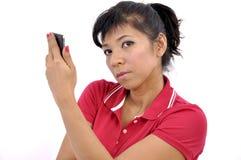 A mulher bonita guarda o smartphone Imagens de Stock