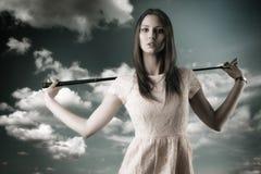 A mulher bonita joga o golfe com golf-club imagem de stock royalty free