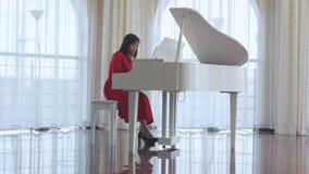 A mulher bonita joga um piano branco filme