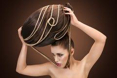 A mulher bonita mantém seu cabelo fixado Imagens de Stock