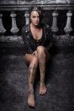 Mulher bonita misteriosa com tatuagem da hena nos pés Fotografia de Stock