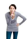 A mulher bonita mostra o gesto do silêncio com forefinger Foto de Stock