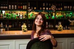 Mulher bonita na barra Fotografia de Stock Royalty Free