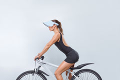 Mulher bonita na bicicleta imagem de stock