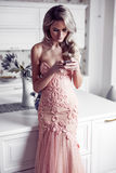 Mulher bonita na casa moderna Fotos de Stock Royalty Free