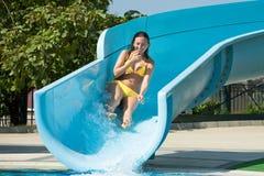 Mulher bonita na corrediça da piscina Imagens de Stock