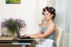 Mulher bonita na cozinha com caderno Imagens de Stock