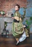 Mulher bonita na dança medieval do vestido Imagens de Stock