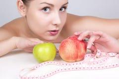 Mulher bonita na dieta. Perca o peso, estilo de vida saudável imagens de stock royalty free