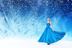 Mulher bonita na floresta do conto de fadas fotografia de stock royalty free