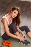Mulher bonita na ginástica fotografia de stock royalty free