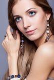Mulher bonita na joia e no bijouterie Fotografia de Stock