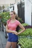 Mulher bonita na loja do jardim Fotografia de Stock