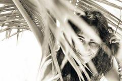 Mulher bonita na máscara da palmeira na praia fotos de stock