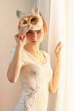 Mulher bonita na máscara da vaquinha Foto de Stock