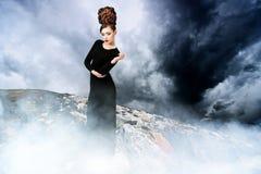 Mulher bonita na paisagem nevoenta Imagem de Stock