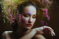 Mulher bonita na pintura da cor imagens de stock
