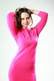 Mulher bonita na posição cor-de-rosa do vestido Foto de Stock Royalty Free