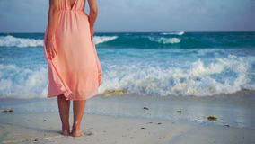 Mulher bonita na praia branca Pés da fêmea do close up Movimento lento vídeos de arquivo