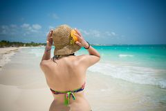Mulher bonita na praia de Caraibbean fotos de stock royalty free