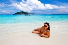 Mulher bonita na praia de consoles de Similan Imagens de Stock