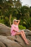 Mulher bonita na praia tropical foto de stock