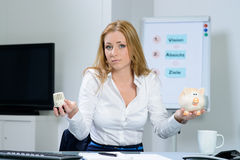 Mulher bonita na preocupação do escritório sobre custos de aquecimento Foto de Stock