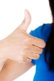 Mulher bonita na roupa ocasional que gesticula os polegares acima. Imagens de Stock